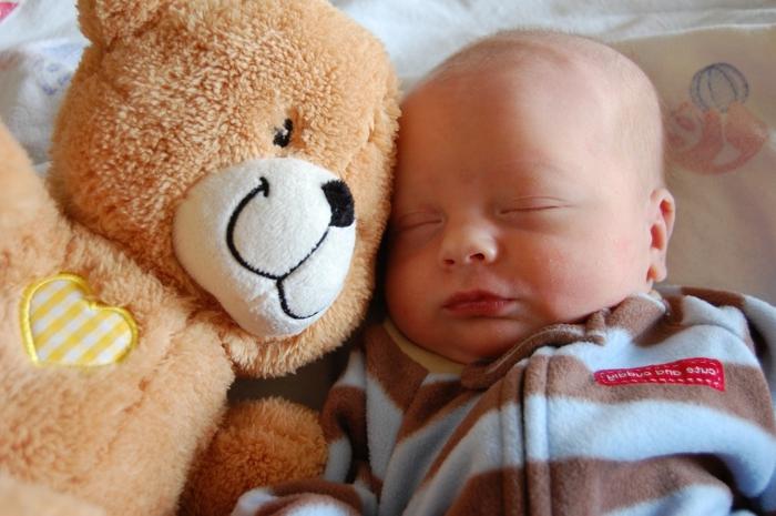 Baby und Teddybär - Babysachen besorgen