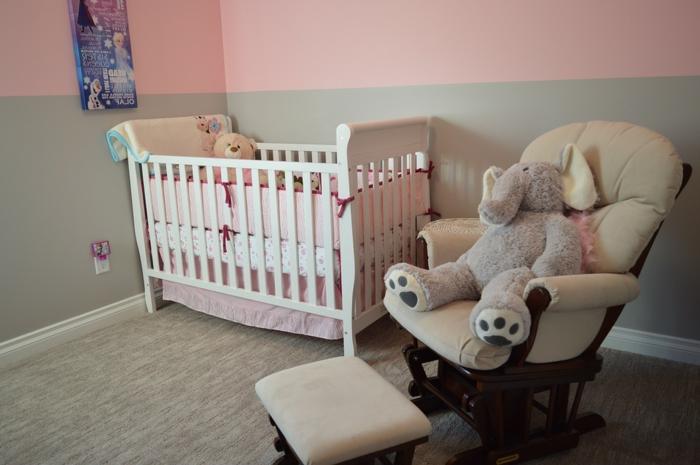 Babyzimmer für Mädchen mit vielen süßen Babysachen