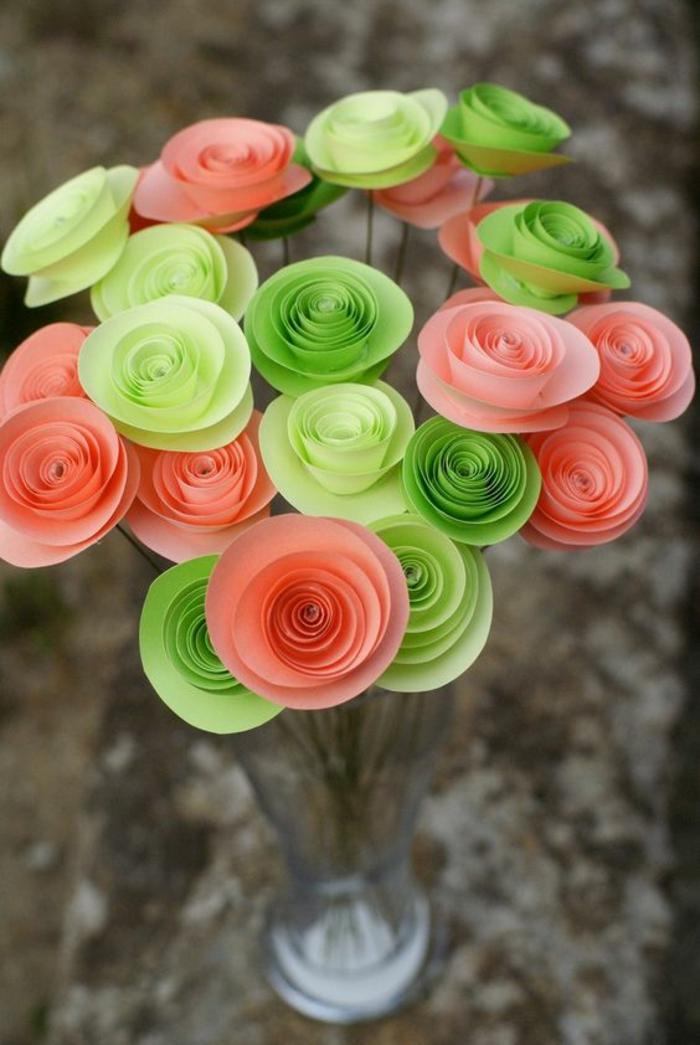 blumenstrauß, glasvase mit rosen aus karton, papierrosen