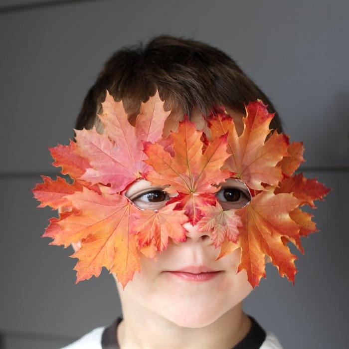 maske selber machen aus karton und herbstblättern, junge mit braunen augen