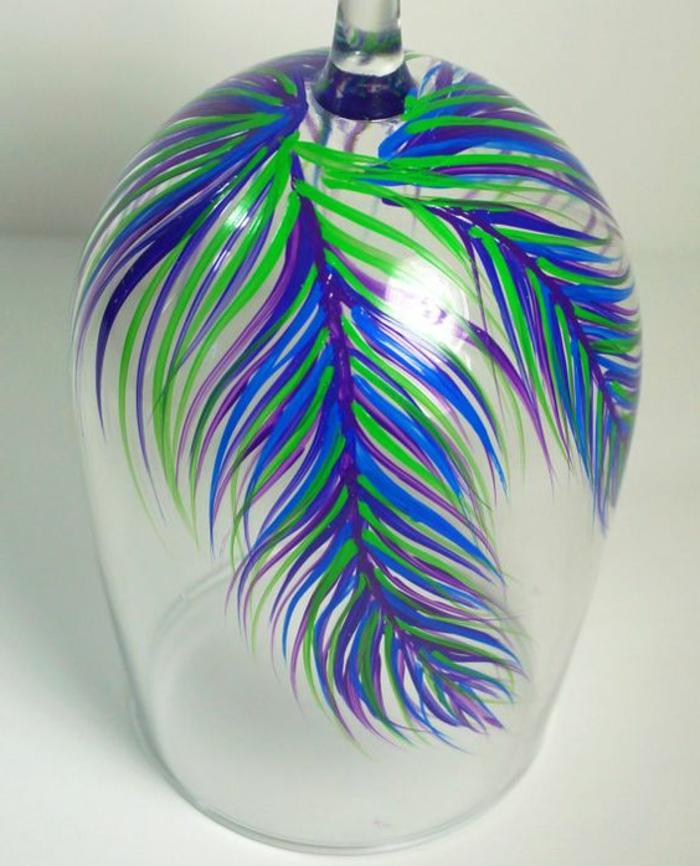 weinglas deko, glas mit farbe verzieren, feder, weingläser bemalen