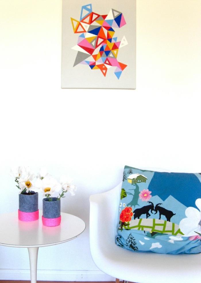 diy vasen aus plastikflasche, grauem stoff und rosa seil, wanddeko, diy deko