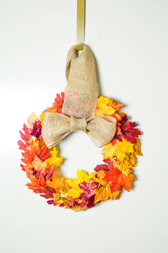 diy türkranz dekoriert mit herbstblättern und schleife aus leinen, türdeko