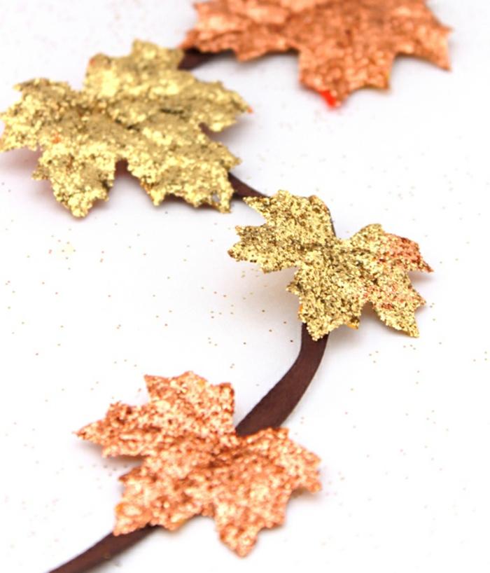 diy girlande aus brauner schleife und hebstblättern dekoriert mit glitzer