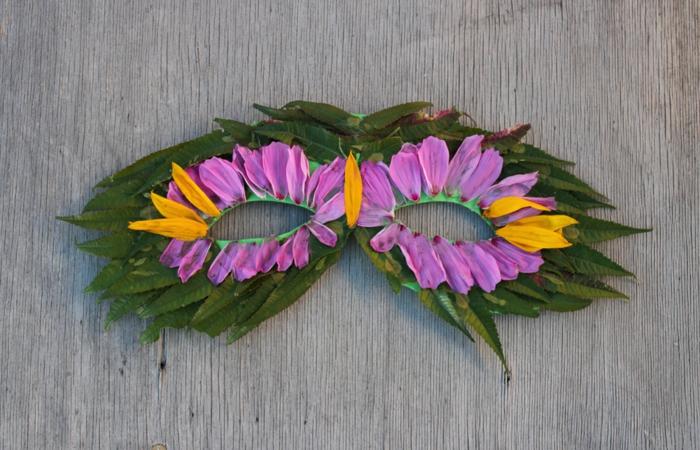 diy maske aus grünnen blättern dekoriert mit blumenblättern