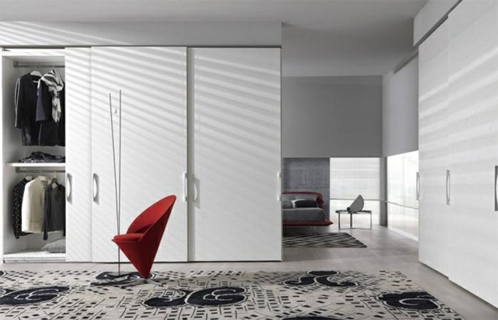 Wandgarderobe Schwebetüren weiß IKEA moderner Stuhl rot