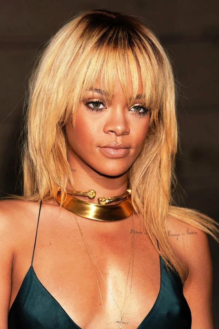 blondes langes glattes Haar mit dem Halsband abgestimmt - beste Frisuren