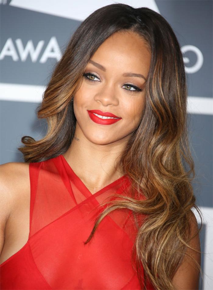 Rihanna Frisuren auf dem roten Teppich mit rotem Kleid und rotem Lippenstift