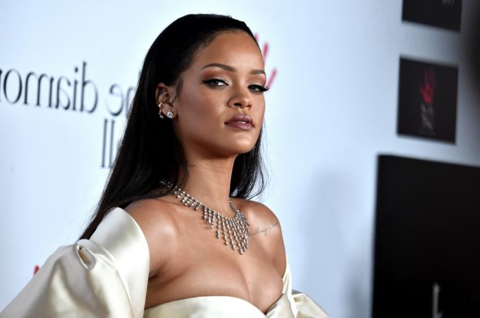 lange glatte Haare in schwarzer Farbe, weißes Kleid - Rihanna Frisuren