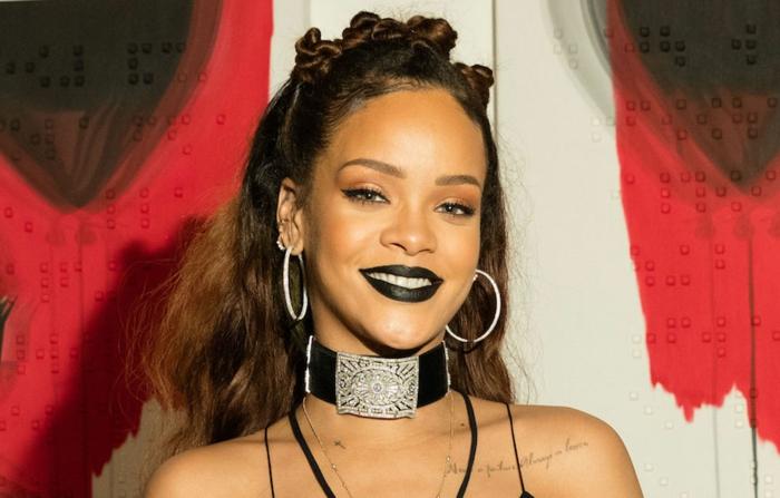 schwarer Lippenstift für Gothic Look geflechtetes Haar - Rihanna Frisuren