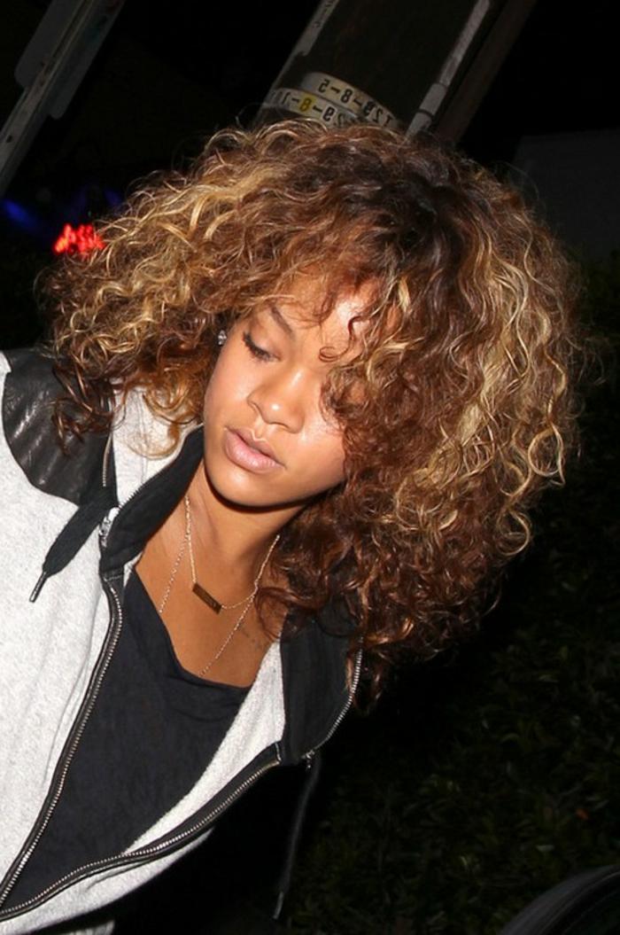 Paparazzo Foto von Rihanna mit wilden lockigen Haar - Rihanna Frisuren