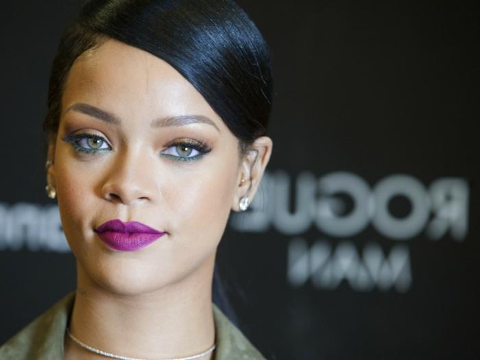 Rihanna Frisuren - lila Lippenstift eine strenge Frisur kleine Diamanten Ohrringe