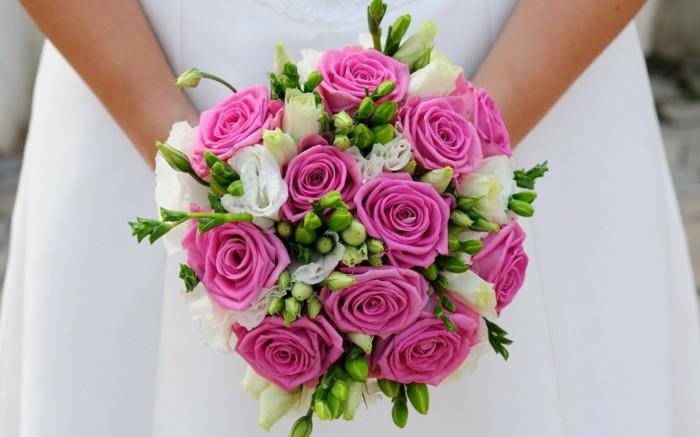 runder Hochzeitsstrauß, rosa und weiße Rosen, stilvoller Biedermeierstrauß