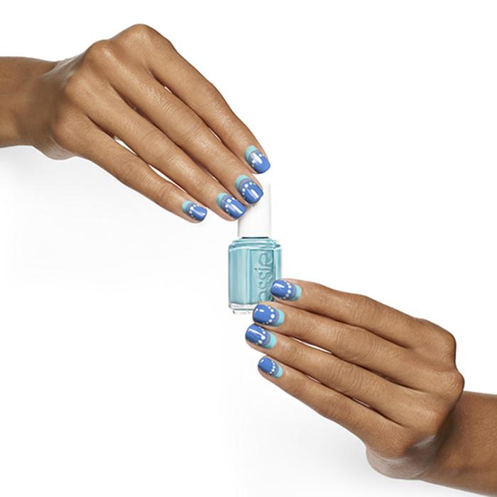 Sommer Nageldesigns, blauer Nagellack, Fingernägel mit schönen Dekorationen