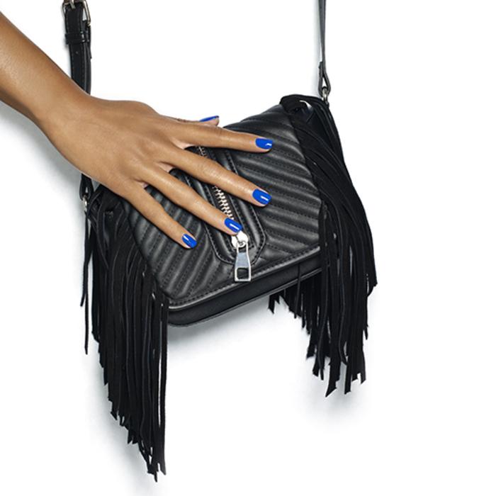 dunkelblauer Nagellack, schlichte und stilvolle Fingernägel, Ideen für Sommer Nageldesigns