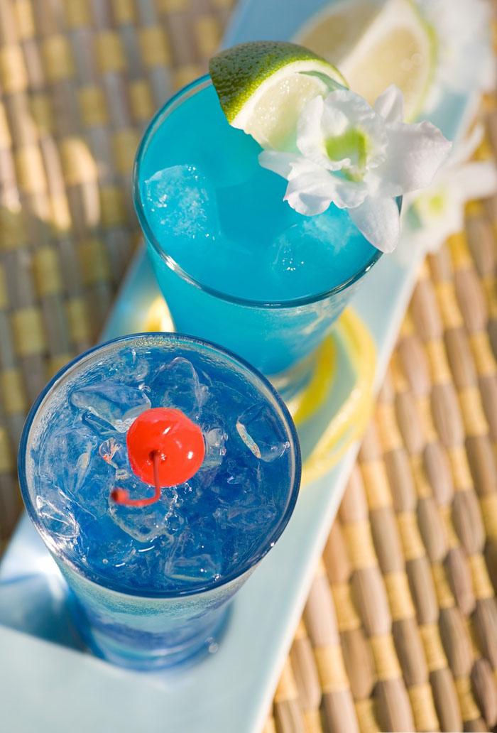 erfrischende Sommergetränke mit Eis und Limettenschnitz, blaue Cocktails