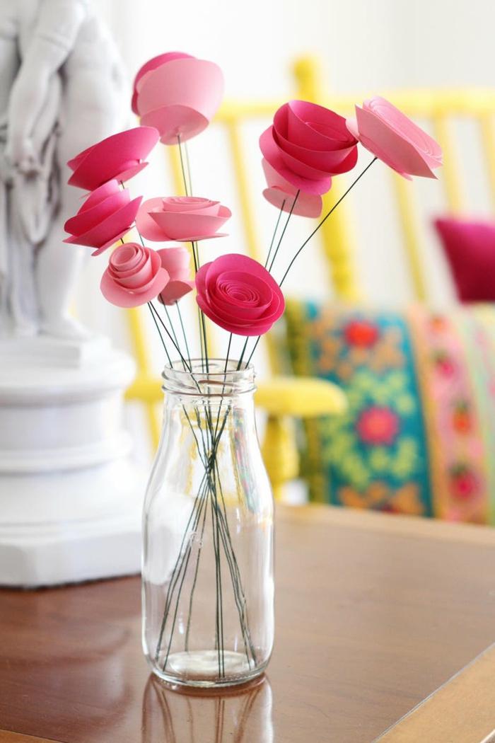 glasvase, diy tischdeko, papierrosen, rosen aus papier falten