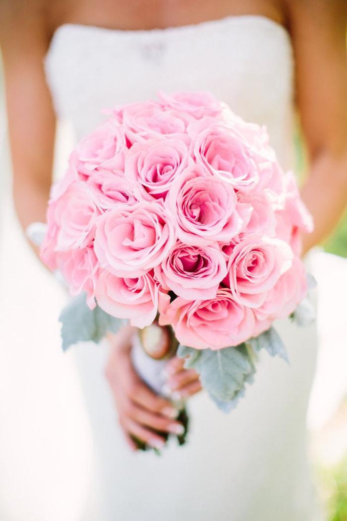 Biedermeierstrauß, rosa Rosen, runder Strauß, klassische Hochzeitsblumen
