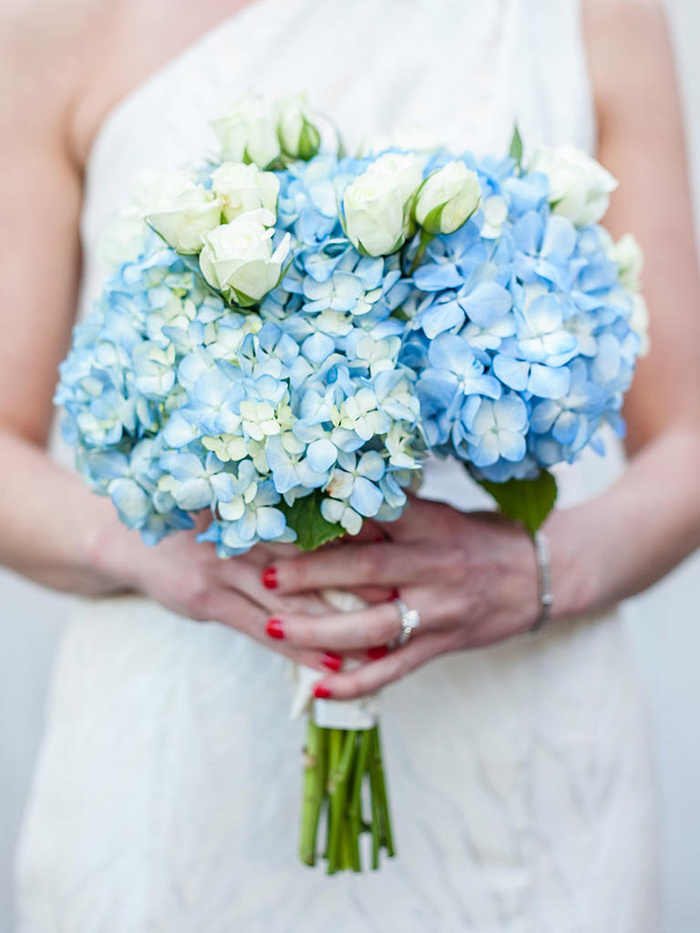 Brautstrauß in Blau und Weiß, Rosen und Hortensien, runder Hochzeitsstrauß