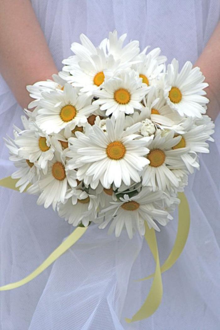 runder Hochzeitsstrauß, Margeriten mit gelbem Bändchen, schöne Hochzeitsblumen