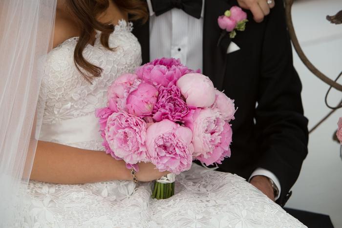 runder Hochzeitsstrauß, rosa Pfingstrosen, klassischer Biedermeierstrauß