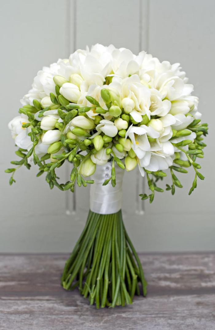 runder Hochzeitsstrauß, weiße Freesien mit Bändchen, Ideen für Frühlingshochzeit