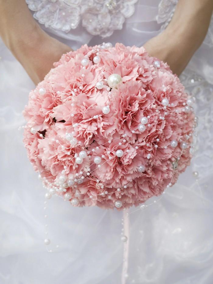 runder Hochzeitsstrauß, rosa Nelken, mit Perlen dekoriert, Ideen für Hochzeit in Rosa