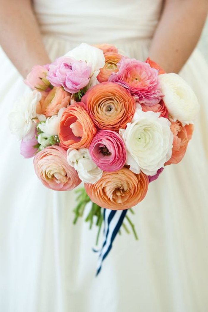runder Hochzeitsstrauß, orange, rosa und weiße Hahnenfüße, frisch und schön