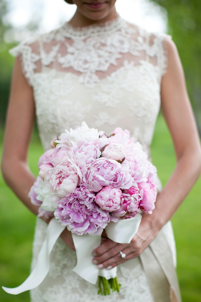 runder Hochzeitsstrauß, lila Pfingstrosen, weißes Bändchen, schöne Hochzeitsideen