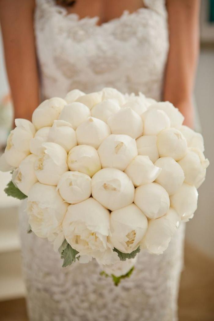 wunderschöner Hochzeitsstrauß, weiße Pfingstrosen, runder Brautstrauß, Hochzeitsblumen
