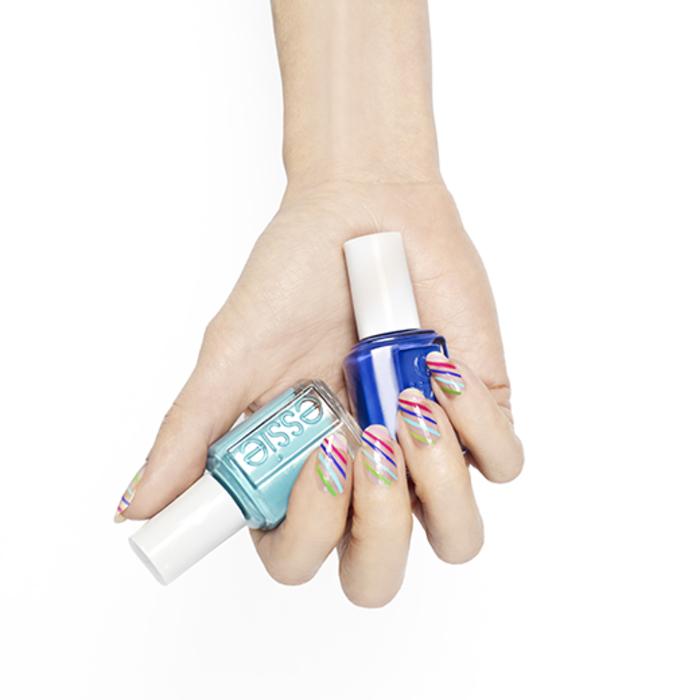 Fingernägel mit wunderschöner Dekoration, bunte Linien, coole Ideen für Sommermaniküre