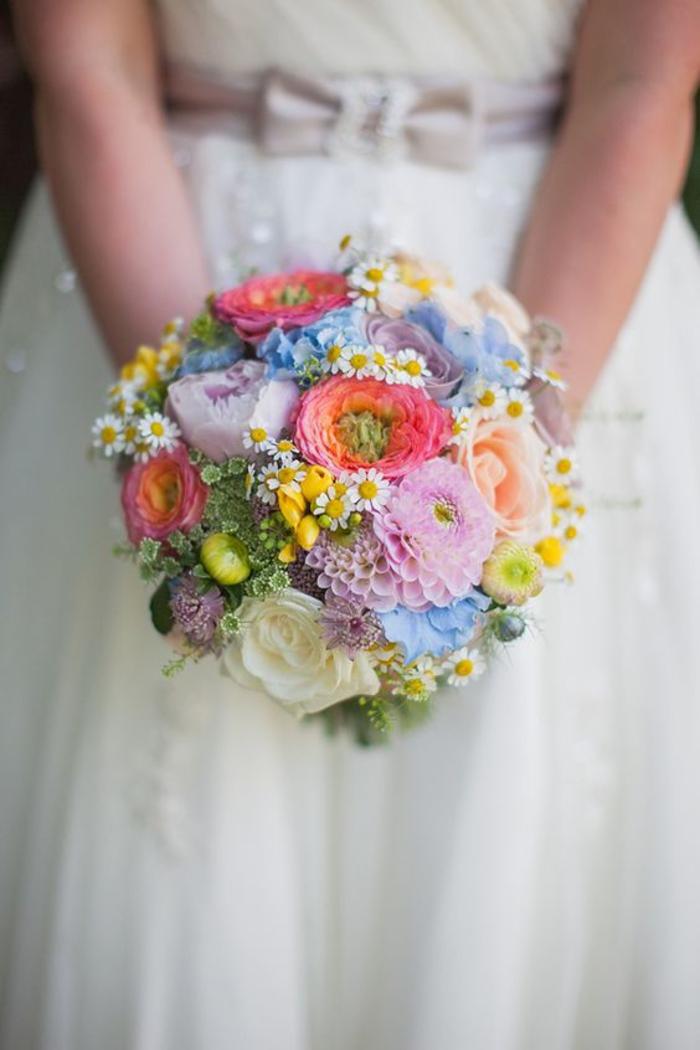 runder Brautstrauß, bunte Blumen, Dahlie, Hahnenfuß und Kamille, Feldblumen