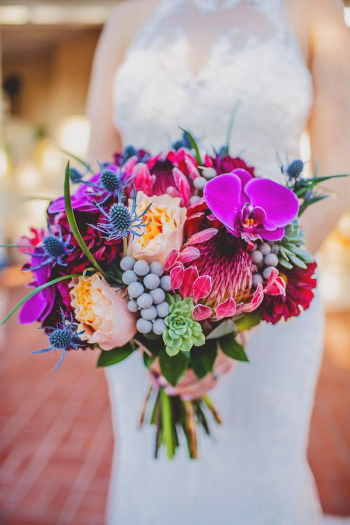 extravaganter und einzigartiger Hochzeitsstrauß, Biedermeierstrauß, bunte Blumen