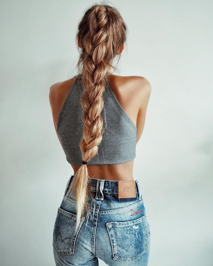 casual outfit inspiration jeans und crop top grau langer geflochtener pferdeschwanz flechtfrisuren mittelalter lange helle haare