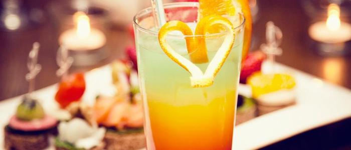 Coole Ideen für Sommerpartys, Cocktail mit Zitrusfrüchten, Herz-Dekoration, erfrischendes Getränk