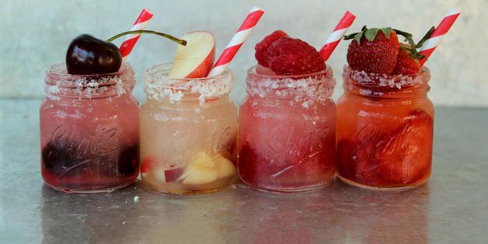 """Vier Varianten """"Margarita"""", mit Kirschen, mit Apfel, mit Himbeeren, mit Erdbeeren, coole Cocktail Rezepte"""