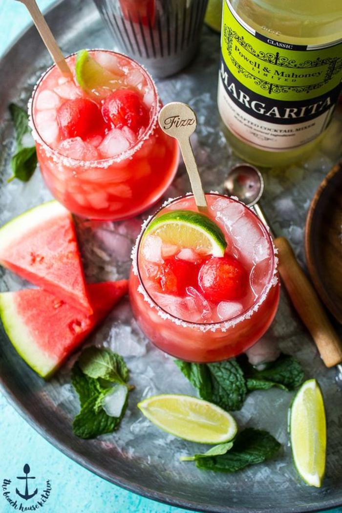 Margarita mit Wassermelone, Limettenschnitzen und Minze, kalt und erfrischend, coole Sommergetränke
