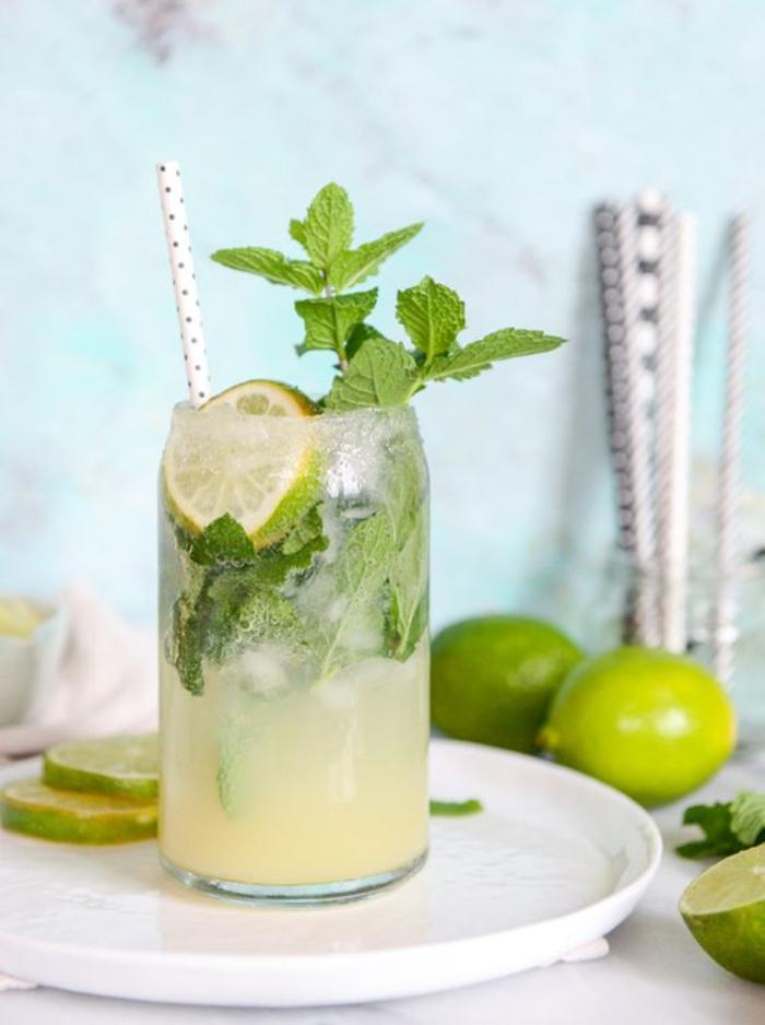 Rezepte für Cocktails, Mojito mit Limette und Minze selber machen, lecker und erfrischend
