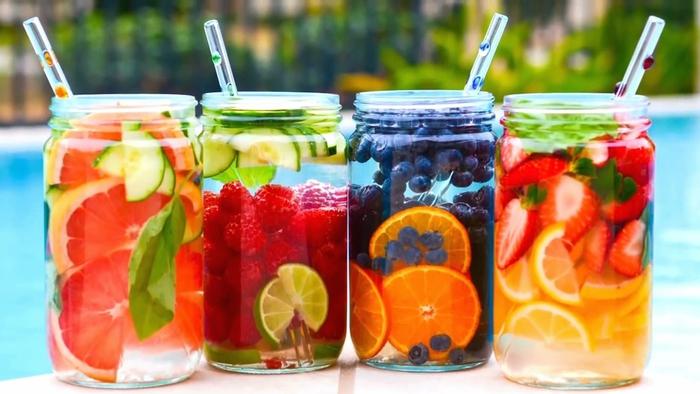 Rezepte für Cocktails ohne Alkohol, mit frischen Früchten: Grapefruit, Himbeeren, Limette, Blaubeeren, Erdbeeren und Zitrone, bunt und frisch