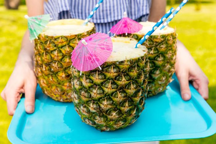 Rezepte für attraktive Cocktails, Ananas mit Cocktailschirmchen, coole Ideen für Sommerpartys