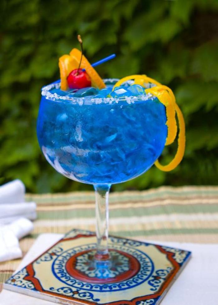 """""""Blue Margarita"""" selber machen, mit Salz und viel Eis, Rezepte für coole Cocktails"""