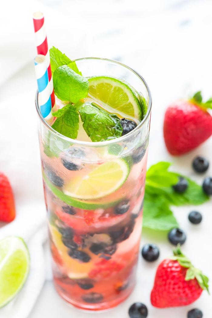 Mojito mit Erdbeeren und Blaubeeren selber machen, Limette, Minze und Eis, das perfekte Sommergetränk