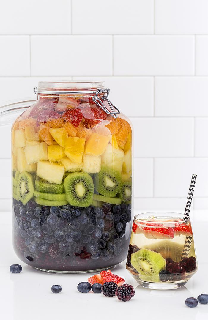 """Sangria """"Regenbogen"""" mit Blaubeeren, Kiwi, Apfel,Orange, Himbeeren und Erdbeeren, lecker und attraktiv"""