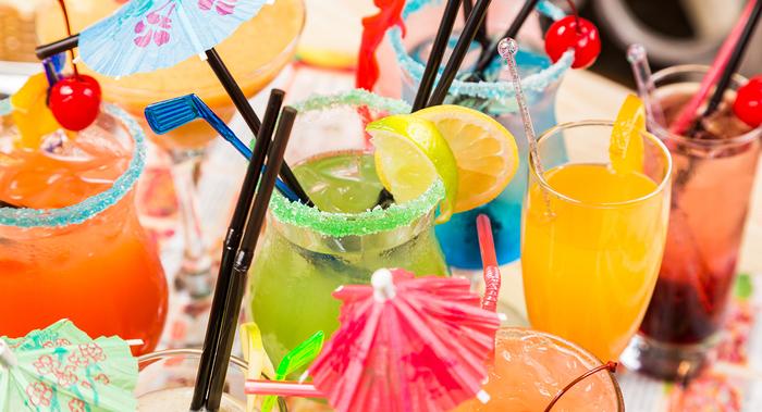 Sommerparty mit coolen Cocktails organisieren, bunt und erfrischend, Rezepte für Sommergetränke