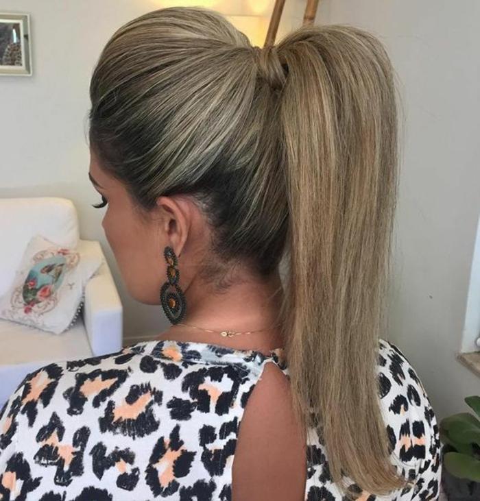Pferdeschwanz mit Volumen für lange Haare, toupierte Haare, Frau mit Leopardenkleid und großen Ohrringen