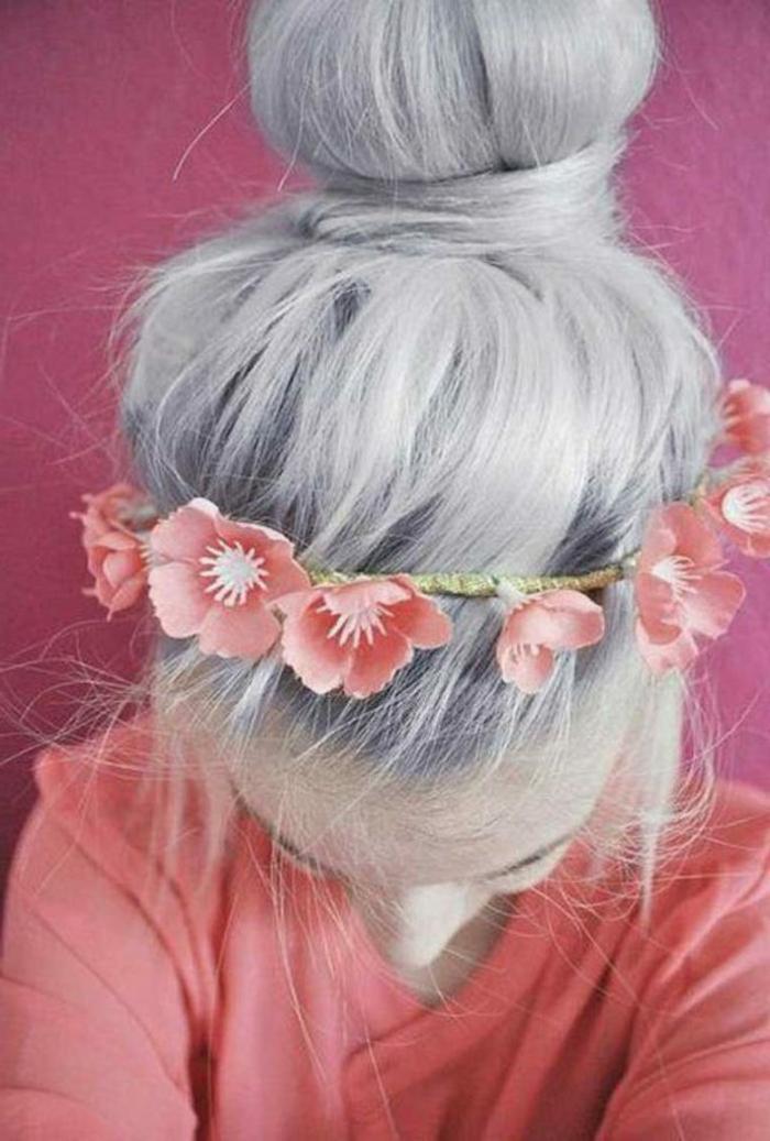 Partyfrisur für junge Mädchen, grau gefärbte lange Haare mit Dutt, Blumenkranz als Haarschmuck