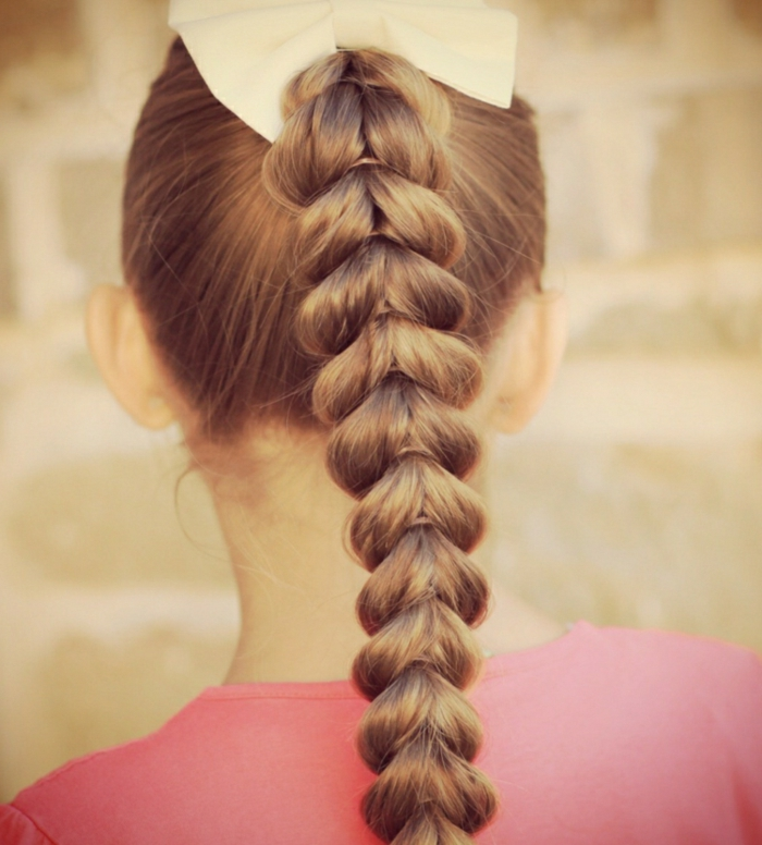 festliche Frisuren für Kinder, Mädchen mit Flechtfrisur mit vielen Haargummis und einer weißen Schleife