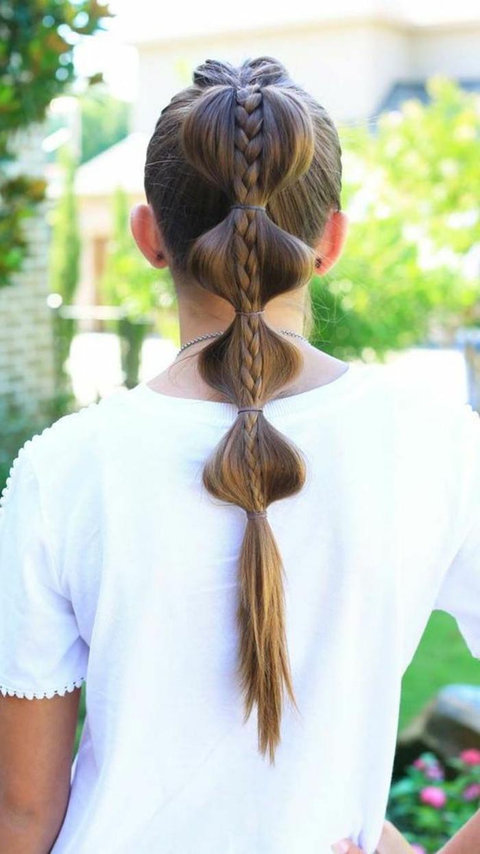 eine coole Frauenfrisur für lange Haare - Pferdeschwanz mit Zopf mit vielen Haargummis zum Festhalten der Haare