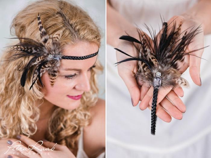 extravagante Paryfrisur für lange lockige Haare mit einem Haarschmuck mit Federn, Haarband mit Federn