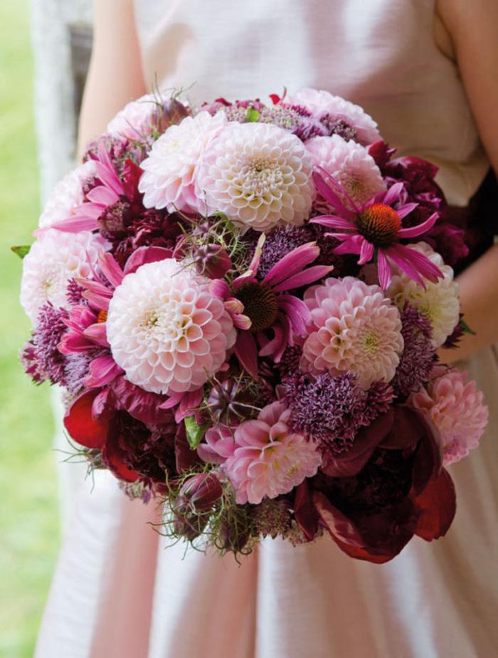 runder Strauß, rosa Dahlien und Chrysanthemen, Ideen für Herbsthochzeit